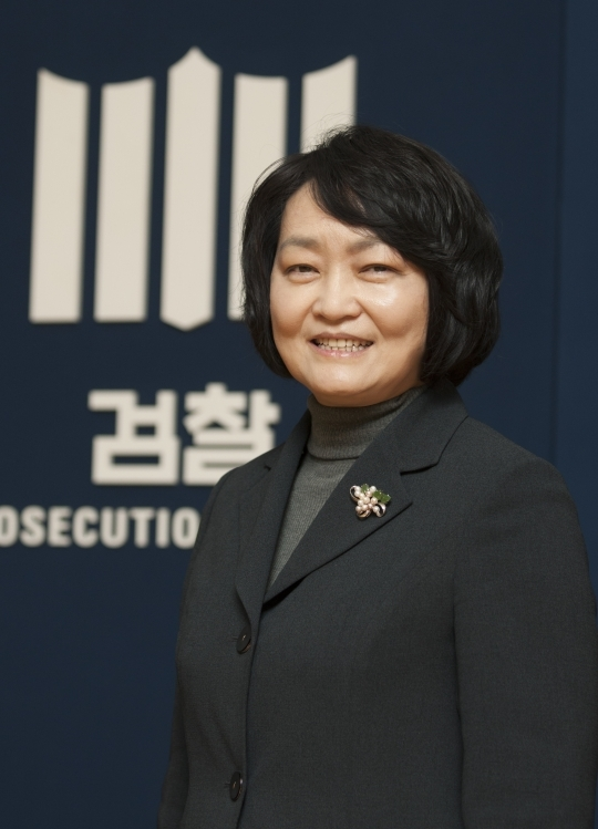 "On the 24th at the Seoul High Prosecutors' Office in Seocho-gu, Seoul, Deputy Chief Prosecutor of the High Prosecutors' Office, Cho Hee-jin, said with a bright smile, ""I'm glad to be able to instill pride and vision in young women."" ⓒLee Jeong-sil Women's News photographer"