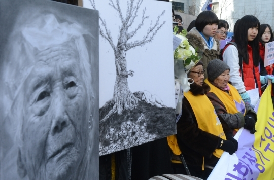 "On January 29, students of Seoul Arts High School attended the 1111th ""Comfort Women"" rally in front of the Japanese Embassy. They brought with them their drawings of comfort women."