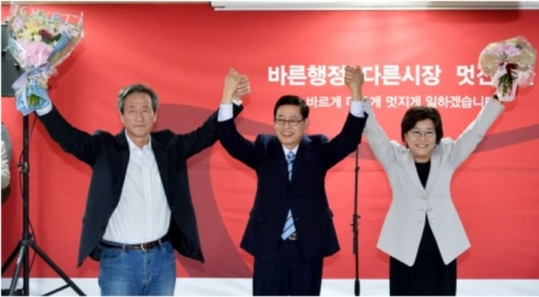 The ruling Saenuri Partys candidates for the Seoul mayoral election, Chung Mongjoon, former Prime Minister Kim Hwangsik, and Supreme Council member Lee Hyehoon (from left), at the opening ceremony of candidate Kims election camp on March 24.