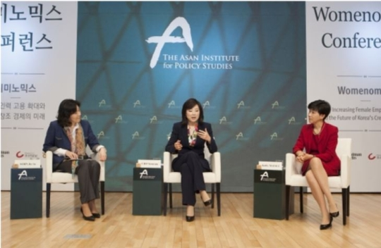 On March 28, the Asan Institute for Policy Studies and Goldman Sachs co-hosted a conference on 'Womenomics.' The conference was moderated by Sohn Jieae, former CEO of Arirang TV & Radio, while discussions were led by Kathy Matsui(right), Co-Director of Pan Asian Investment Research for Goldman Sachs, and Cho Yoonsun(middle), Korea's Minister of Gender Equality and Family.