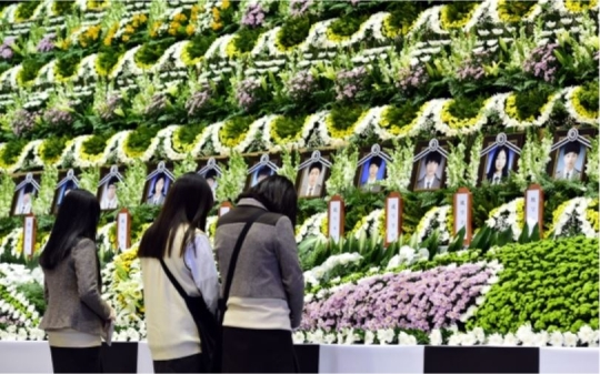 In the morning on April 23, students of Ansan Danwon High School pay tribute to their schoolmates at a temporary mass memorial site for victims at Ansan Olympic Memorial Hall.