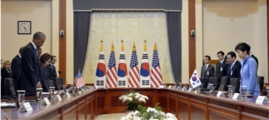 On April 25, President Park and President Obama in a silent prayer for the victims of the ferry disaster.