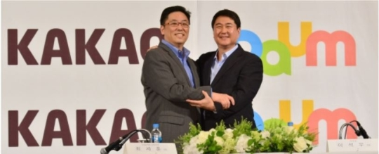 On May 26, Kakao Co-Chief Executive Lee Seokwoo (right) and Daum Communications Corp. CEO Choi Sehoon held a press conference at The Plaza Hotel, Seoul.