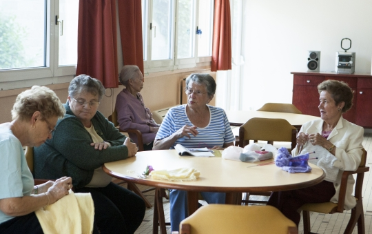 Women who reside in PNG, senior citizens-only residence in France are knitting in the living space. ⓒParis, France=Lee Jeongsil Women's news photographer