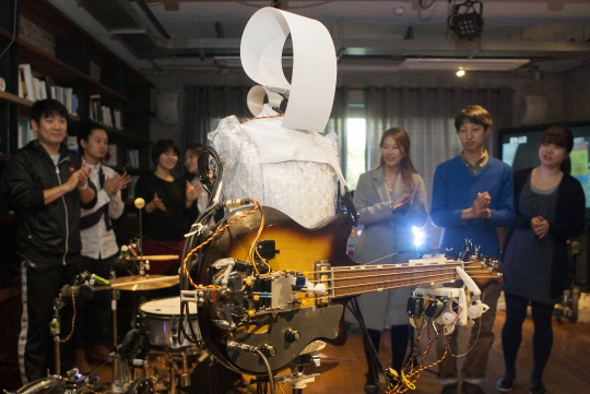 The robot band produced by 'Tasco' is doing a performance. ⓒLee Jeongsil Women's news photographer