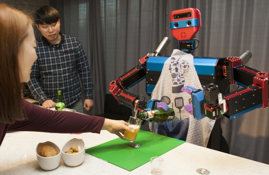 'Magenta W' is pouring beer into the glass to give a woman. ⓒLee Jeongsil Women's news photographer
