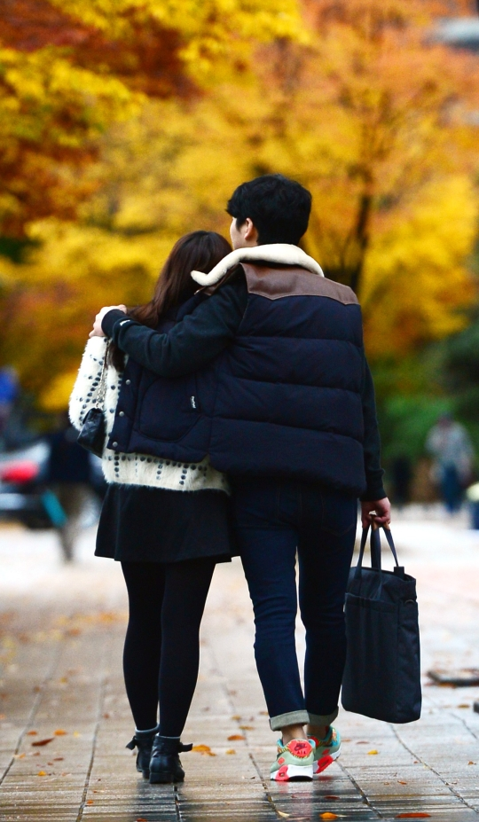 A couple of lovers walking in front of COEX Mall located in Samseong-dong, Gangnam-gu, Seoul ⓒNewsis