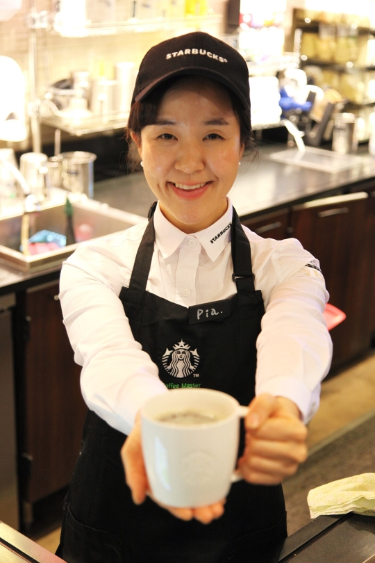 ▲ Ms. Soon-Mi KWON, the first sub-manager with hearing impairment in Starbucks Korea  ⓒStarbucks Korea